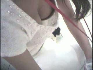 【巨乳胸チラ】店員さんがあまりにも美人&巨乳だったのでおっぱいを隠し撮りww乳首もゲット!