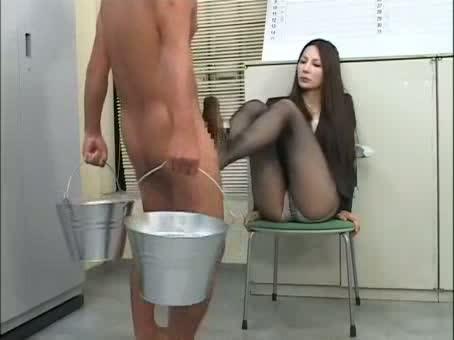 全裸でバケツを持って立たせた生徒を馬鹿にしながら足コキする黒スト女教師…(fc2動画)