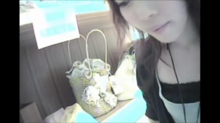 SHOP店員の胸チラ乳首ゲット02